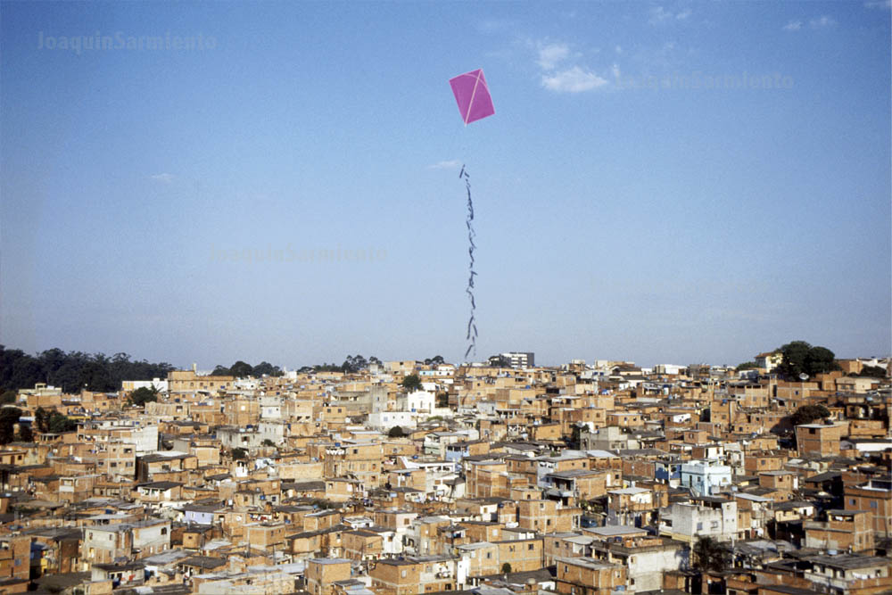 Después de un balón de fútbol, la cometa es el juguete que mas se ve por las favelas.  Para unos es símbolo de libertad, para mi es un símbolo de pobreza.